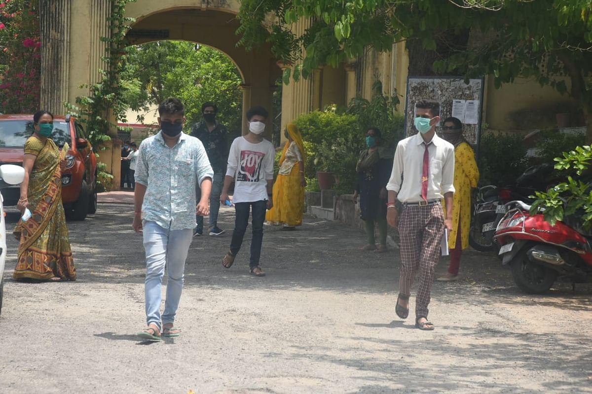मास्क पहनकर परीक्षा देने पहुंचे परीक्षार्थी, राजस्थान बोर्ड के बचे हुए पेपर शुरू