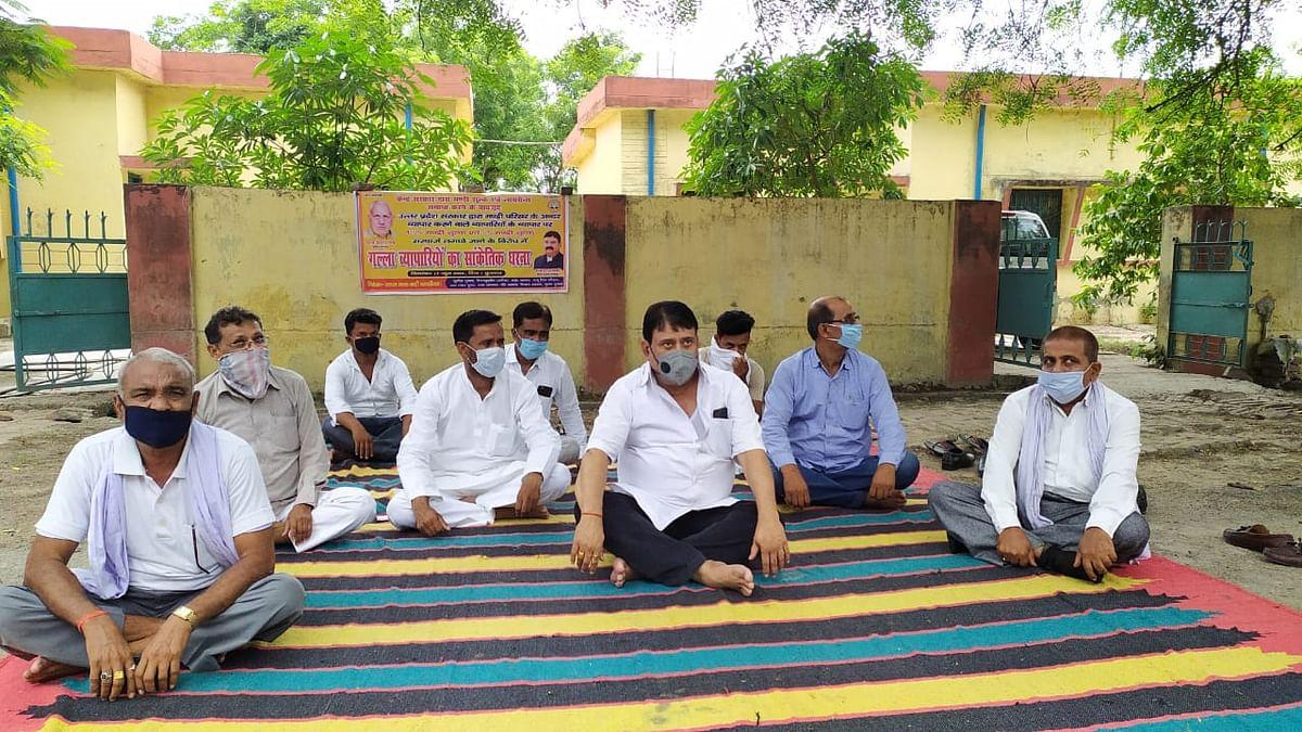 मण्डी शुल्क के विरोध में व्यापार मण्डल मिश्रा गुट ने किया प्रदर्शन