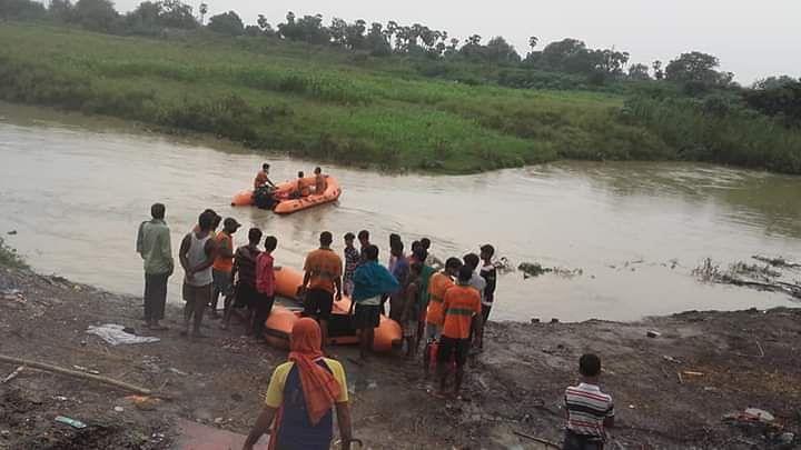 आरा में उफनती नदी में छलांग लगाने वाले युवक का शव बरामद करने में जुटी एसडीआरएफ की टीम