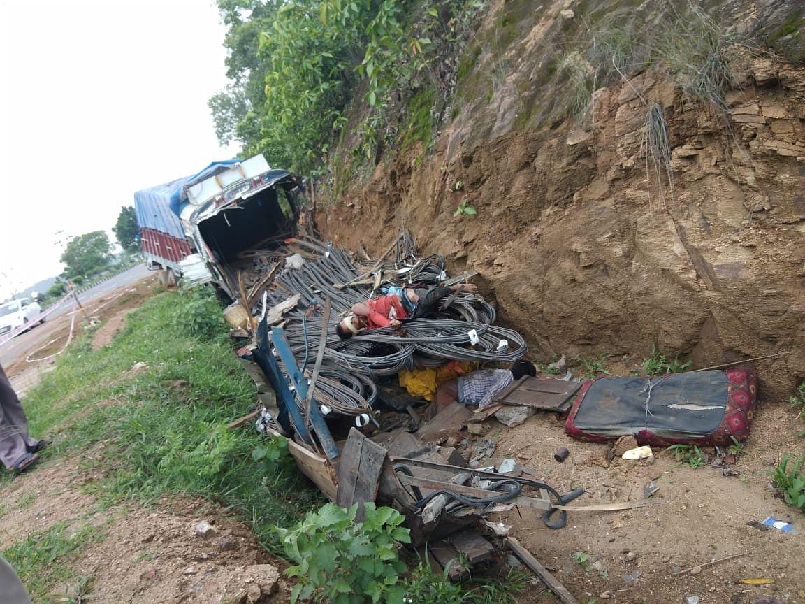 चुटूपालु घाटी में टेलर का ब्रेक हुआ फेल, एक की मौत