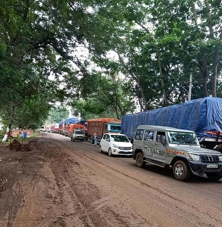 सड़क पर बने गडढा से जाम की स्थिति उत्पन्न, वाहनों की लगी लंबी कतार
