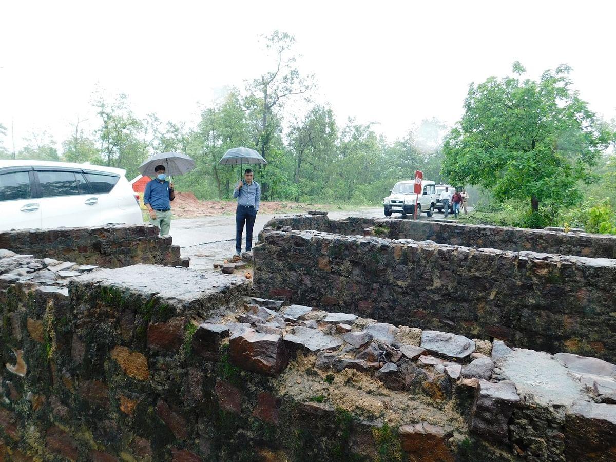 रिमझिम बारिश के बीच दूरस्थ क्षेत्र चांदनी बिहारपुर पहुंचे कलेक्टर, स्वास्थ्य केंद्र का किया निरीक्षण