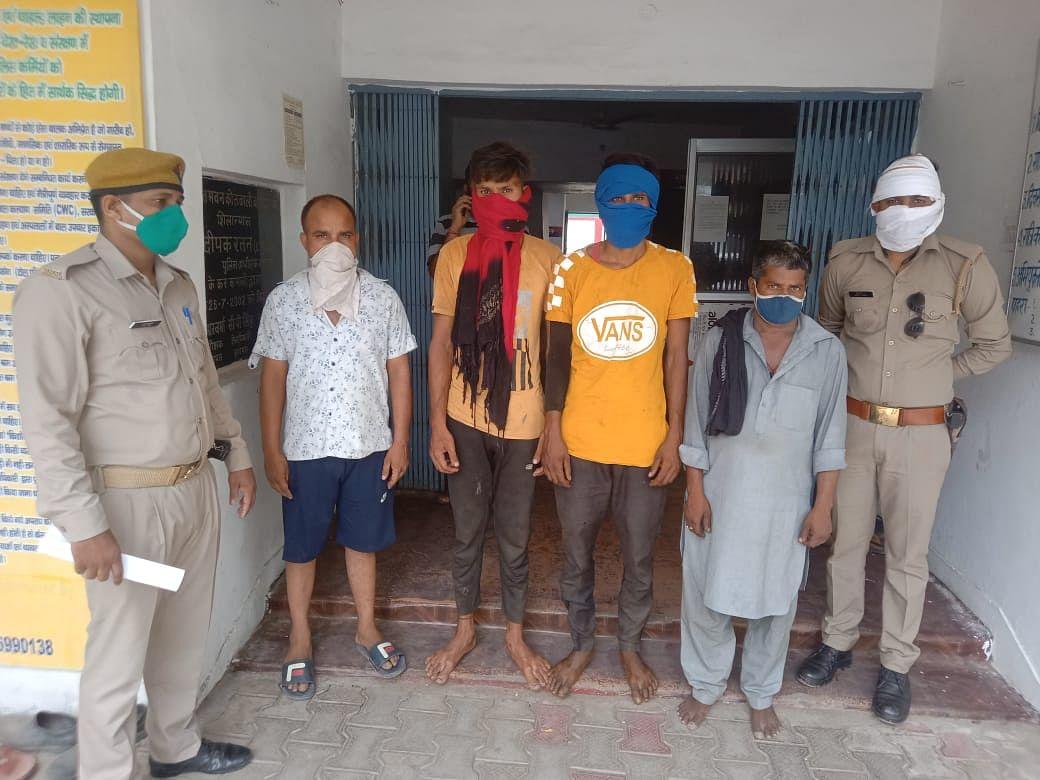 मवेशियों को कैंटर में क्रूरता से ले जाते चार युवक गिरफ्तार
