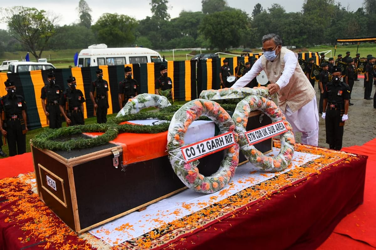 उत्तराखंडः शहीद सुरेन्द्र सिंह नेगी के पार्थिव शरीर पर सीएम त्रिवेन्द्र ने पुष्पचक्र चढ़ाकर किया नमन