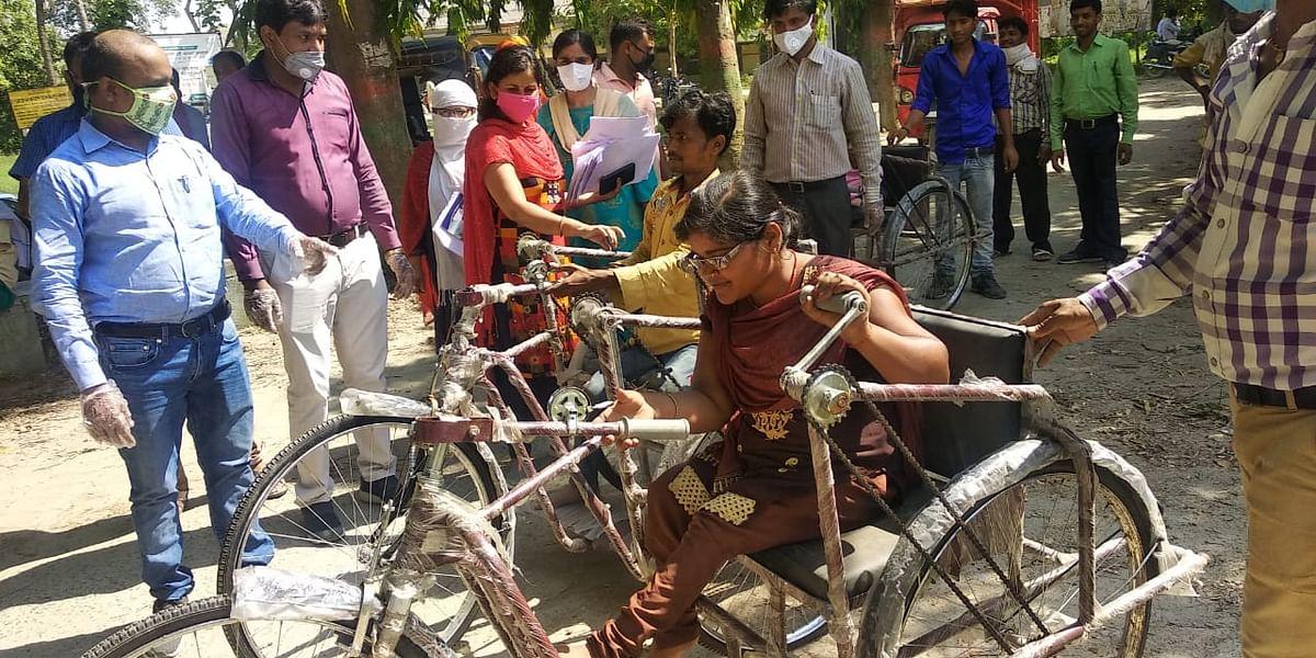 सीएम संबल योजना के तहत मुज़फ़्फ़रपुर में बांटी गई दिव्यांगों को ट्राईसाइकिल