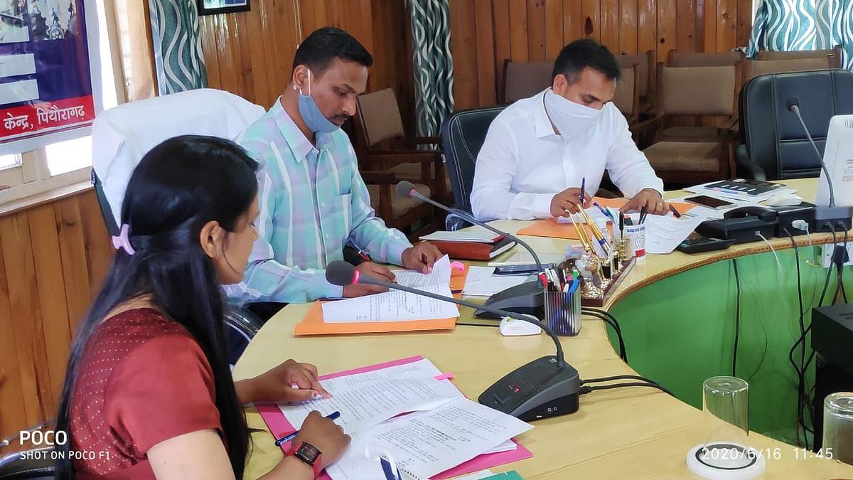 पिथौरागढ़ः डीएम ने दिए सूक्ष्म, लघु एवं मध्यम उद्योगों के विकास के लिए कार्ययोजना बनाने के निर्देश
