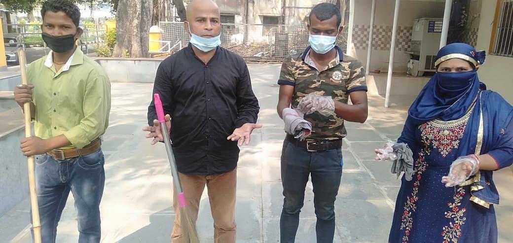 अंबेडकर विवि के सफाई कर्मचारियों को मिल रहे दोयम दर्ज के मास्क और सैनेटाइजर