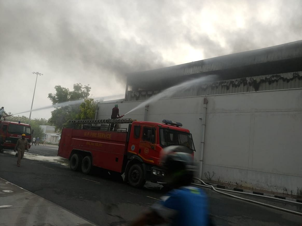 नोएडा : यामहा कम्पनी के ऑटो पार्ट्स गोदाम में लगी भीषण आग
