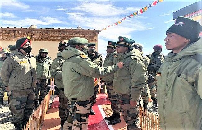 सेना प्रमुख ने लद्दाख में जवानों का बढ़ाया हौसला