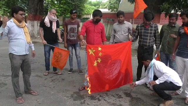 मुज़फ़्फ़रपुर में चीन के झंडा को जलाकर एबीवीपी ने जताया विरोध