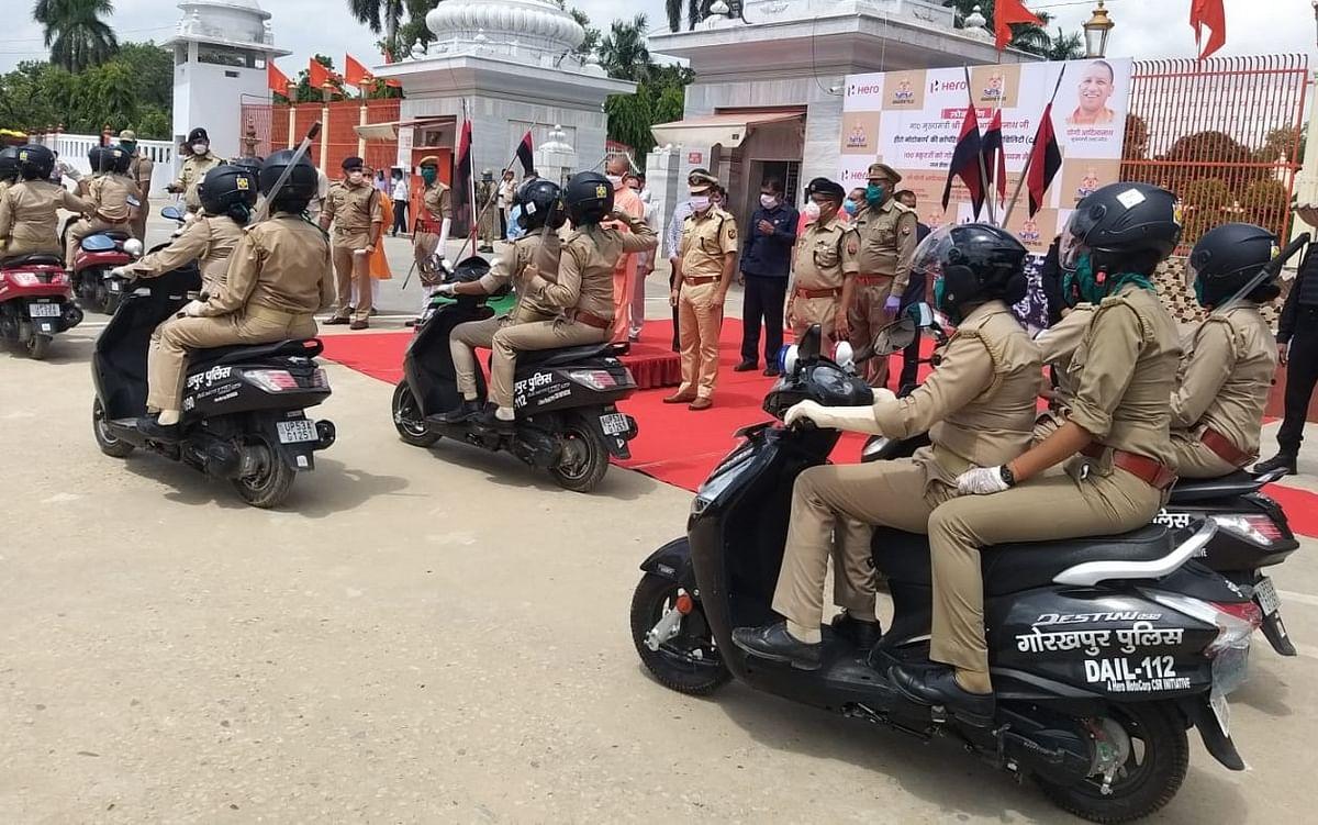 मुख्यमंत्री योगी ने महिला पुलिसकर्मियों को दी 100 स्कूटर की सौगात