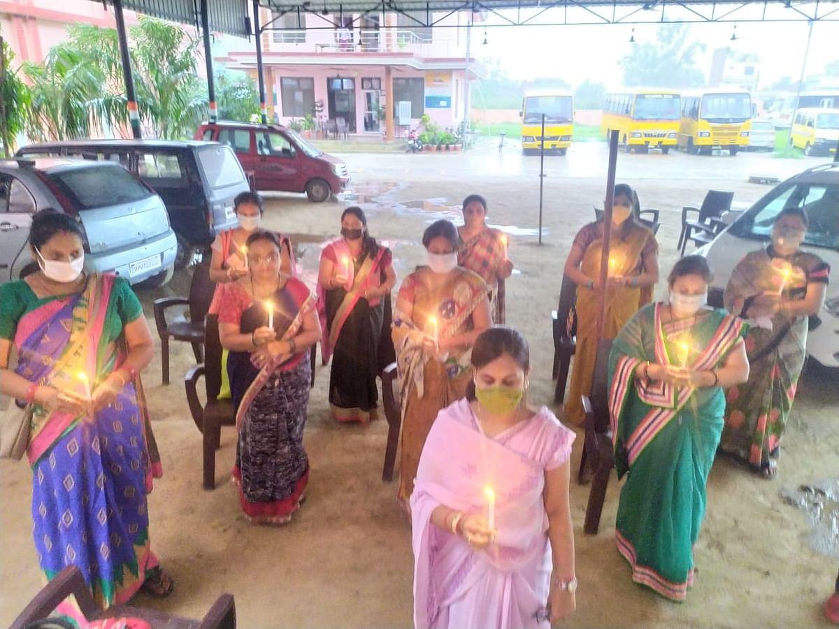 व्यापार मंडल की महिलाओं ने कैंडिल जलाकर शहीद पुलिसकर्मियों को दी श्रद्धांजलि