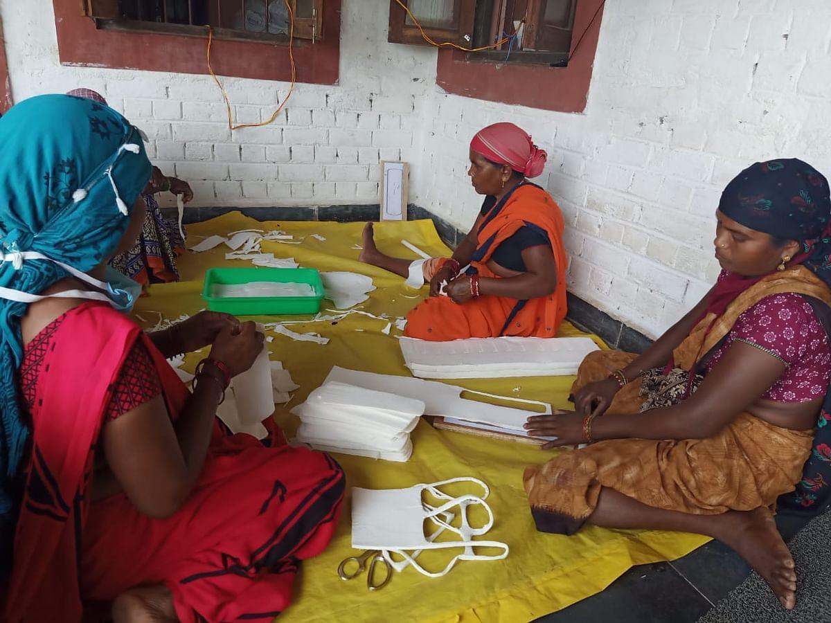 कोरोना संक्रमण से बचाव-'विहान' समूह की महिलाएं दे रहीं योगदान : ग्रामीणों को उपलब्ध करा रहीं सेनिटाइजर, फिनाईल, सेनेटरी नेपकिन