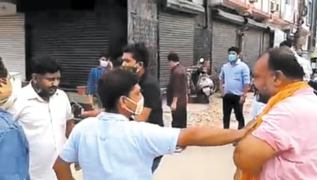 भाजपा नेता और समाज सेवी के बीच हाथापाई
