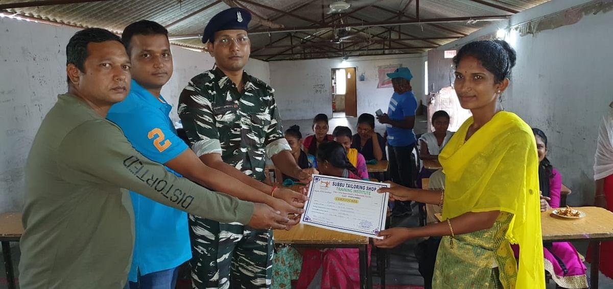 नक्सलगढ़ में महिलाओं को प्रशिक्षित कर रही है सीआरपीएफ जवान