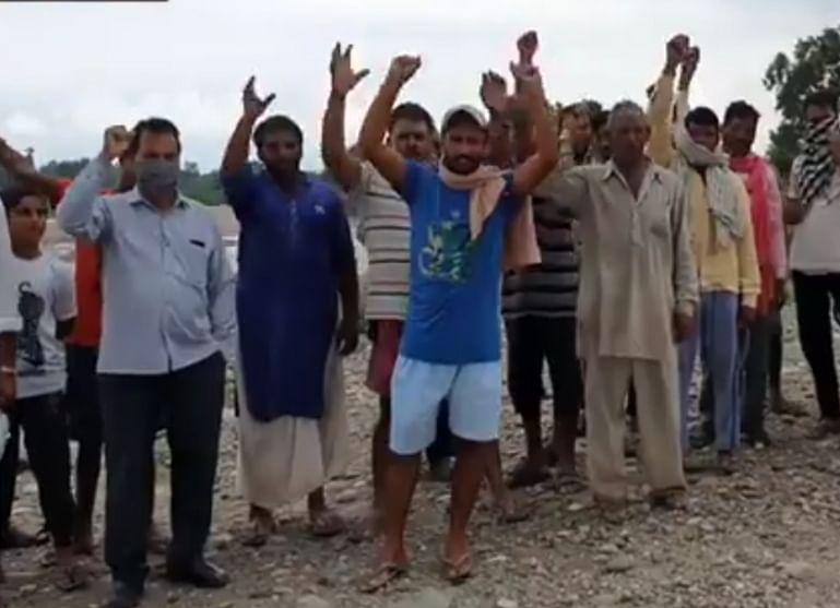 पंडोरी गांव के लोगों ने जिला प्रशासन और बाढ़ नियंत्रण विभाग के खिलाफ किया प्रदर्शन