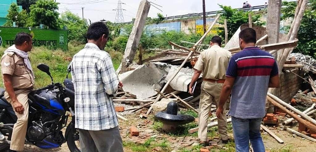 अराजकतत्वों ने शिव मंदिर को तोड़ा, शिवलिंग जमीन पर फेंका