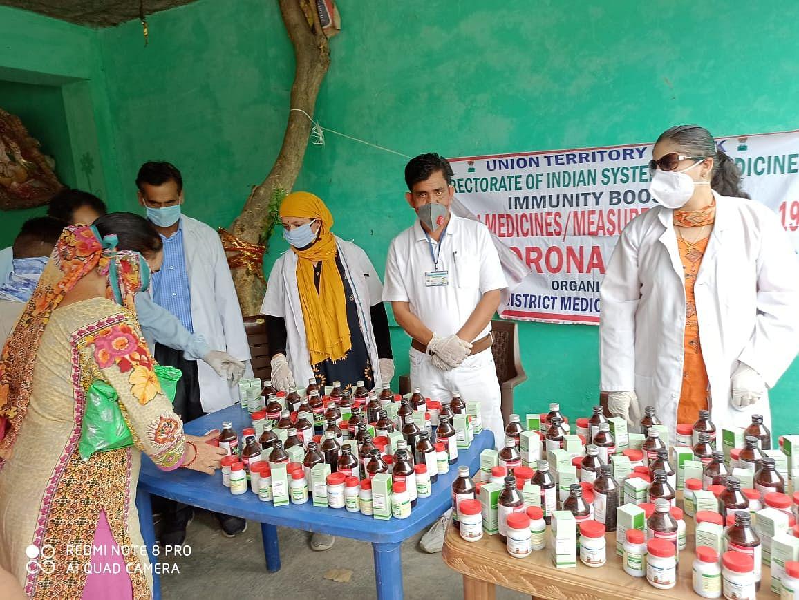 कठुआ के वार्ड 21 में आयुष चिकित्सा शिविर का आयोजन कर निशुल्क आयुर्वेदिक दवाईयां वितरित की