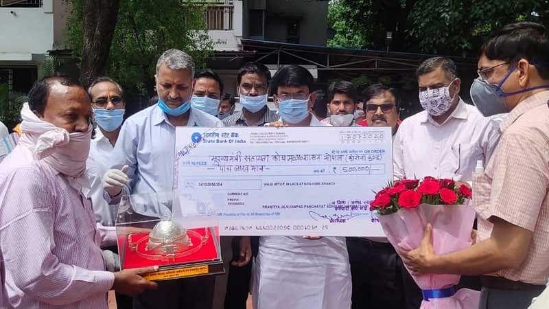 जनपद पंचायत कर्मियों ने मुख्यमंत्री सहायता कोष के लिए सौंपा पांच लाख का चैक