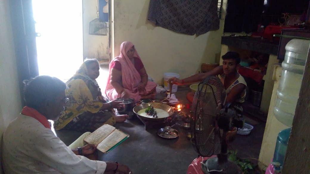 सावन के प्रथम सोमवार इन्द्र ने किया शिव का जलाभिषेक, घरो में की शिव अराधना