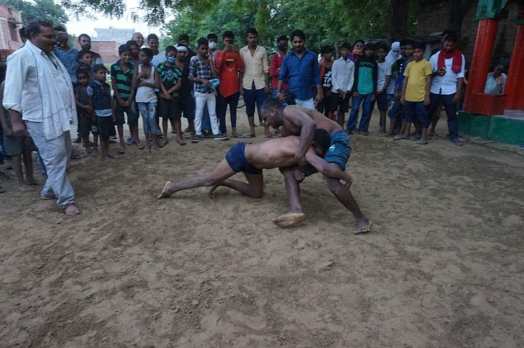 वाराणसी: नागपंचमी पर कुश्ती दंगल में पहलवानों ने दिखाया दम, अखाड़ों में निभाई गई रस्म