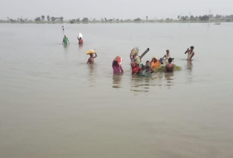 बाढ़ क्षेत्र में खतरे का सबब हैंं छोटी नावें