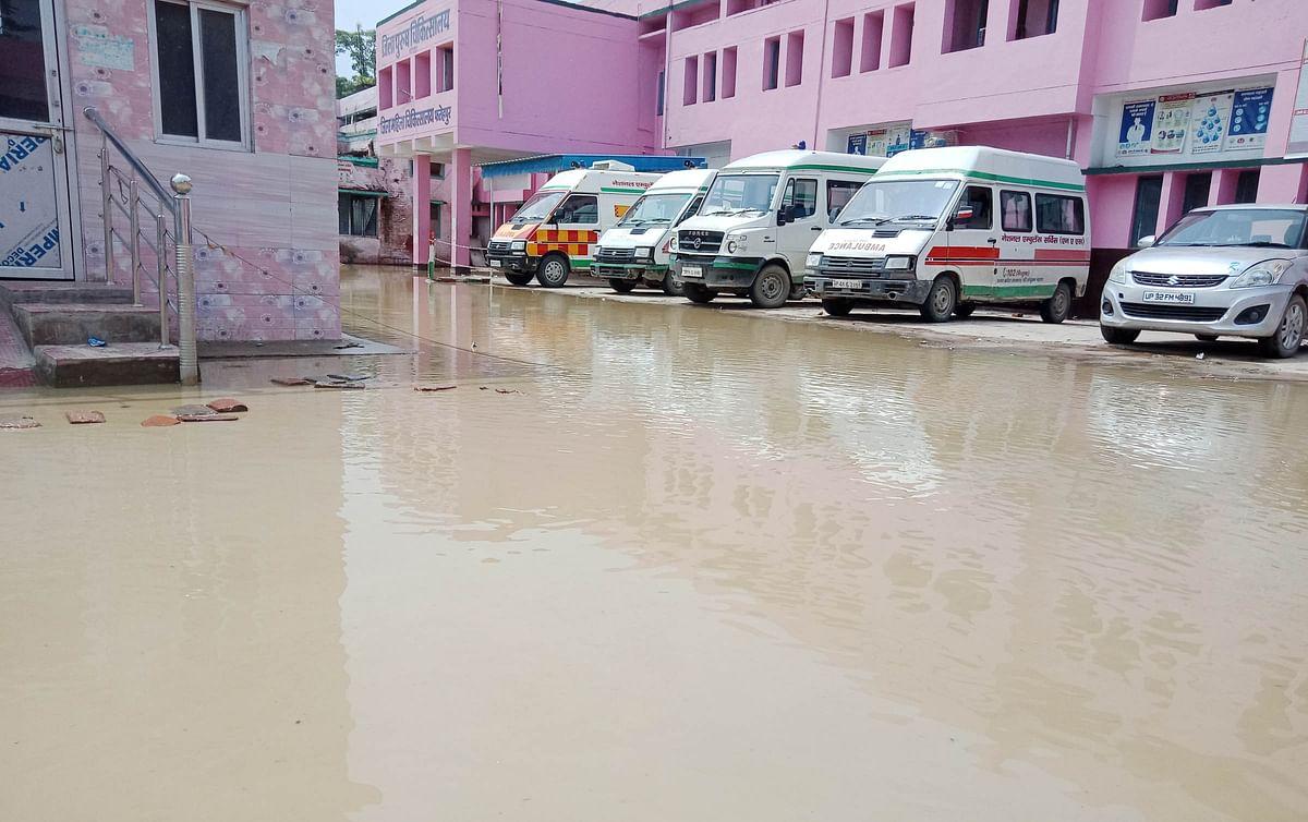 भोर पहर बारिश से सरकारी इमारतों में हुआ जलभराव