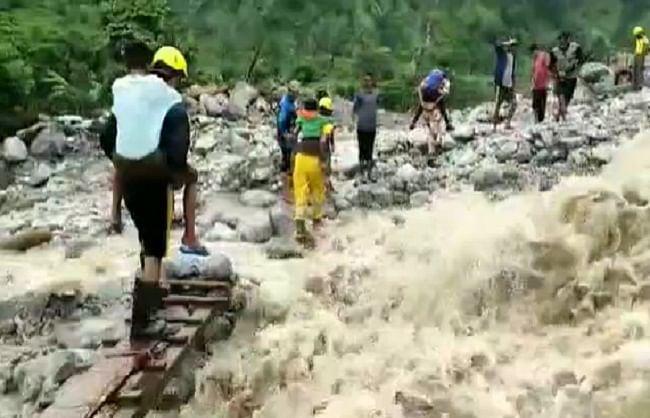 पिथौरागढ़ः 18 किमी पैदल चलकर आपदाग्रस्त गांव में पहुंची एसडीआरएफ, चलाया रेस्क्यू अभियान