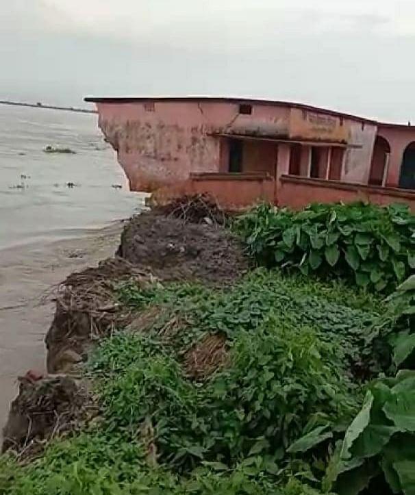 गंगा और कोसी के कटाव से लोगों में दहशत, कई गांवों में घुसा बाढ़ का पानी