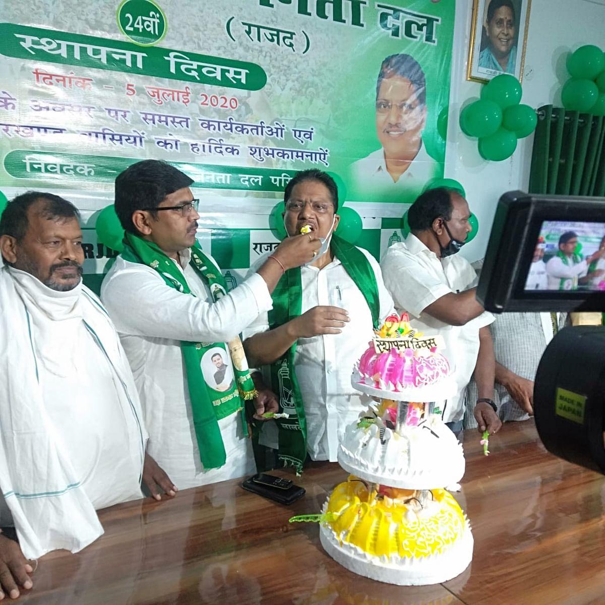 राजद ने 24वें स्थापना दिवस पर महगाई के खिलाफ तांगा और साईकिल रैली निकाला