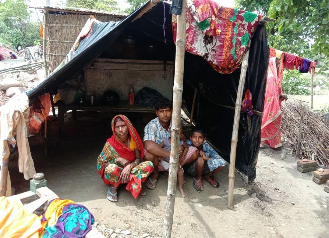 कुशीनगर में बाढ़ प्रभावितों ली बांध पर शरण, हजारों एकड़ फसल जलमग्न