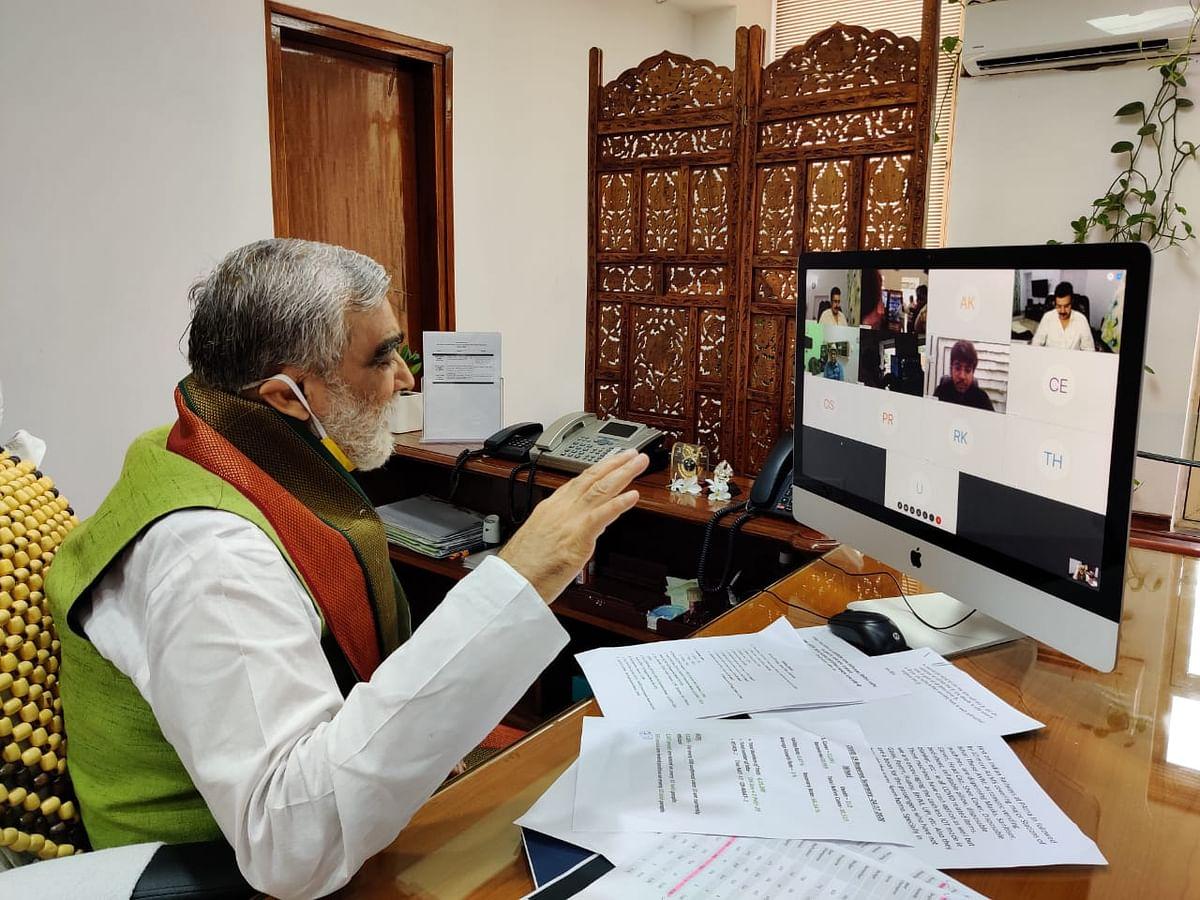 आरा-बक्सर स्टेशन पर एवीएम से खरीद सकेंगे मास्क और सेनिटाइजरः अश्विनी चौबे