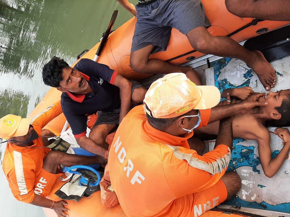 बिहार के बाढ़ प्रभावित इलाके में एनडीआरएफ की टीम ने दो बच्चों की बचायी जान