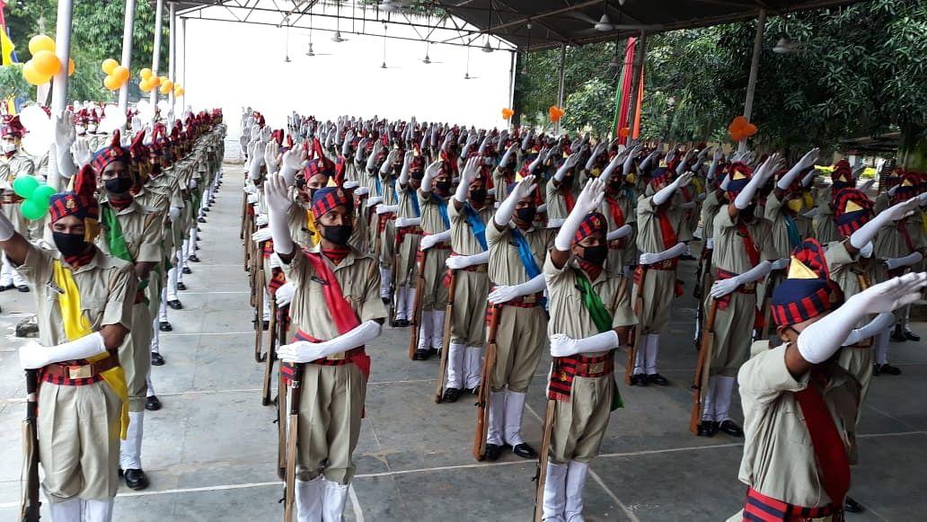 वाराणसी: रंगरूट जवानों ने दीक्षान्त परेड में पीएसी सेनानायक को दिया मान प्रणाम