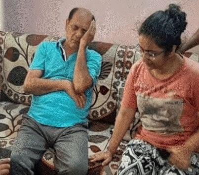 एक्टर सुशांत के सुसाईड की खबर सुनकर टूट गए पिता, पटना आवास पर भारी भीड़