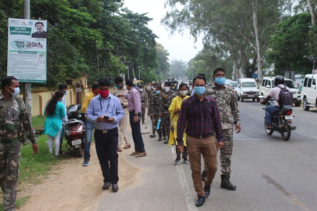 एसडीओ व अन्य अधिकारियों ने शहर के लोगों को कोरोना के प्रति किया जागरूक