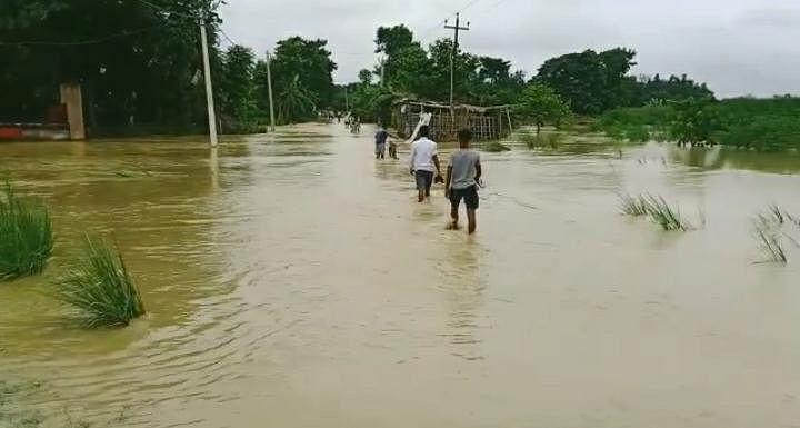 बागमती नदी खतरे के निशान से करीब डेढ़ फीट हुई ऊपर,सड़कों पर आया पानी, लोगो मे डर व्याप्त