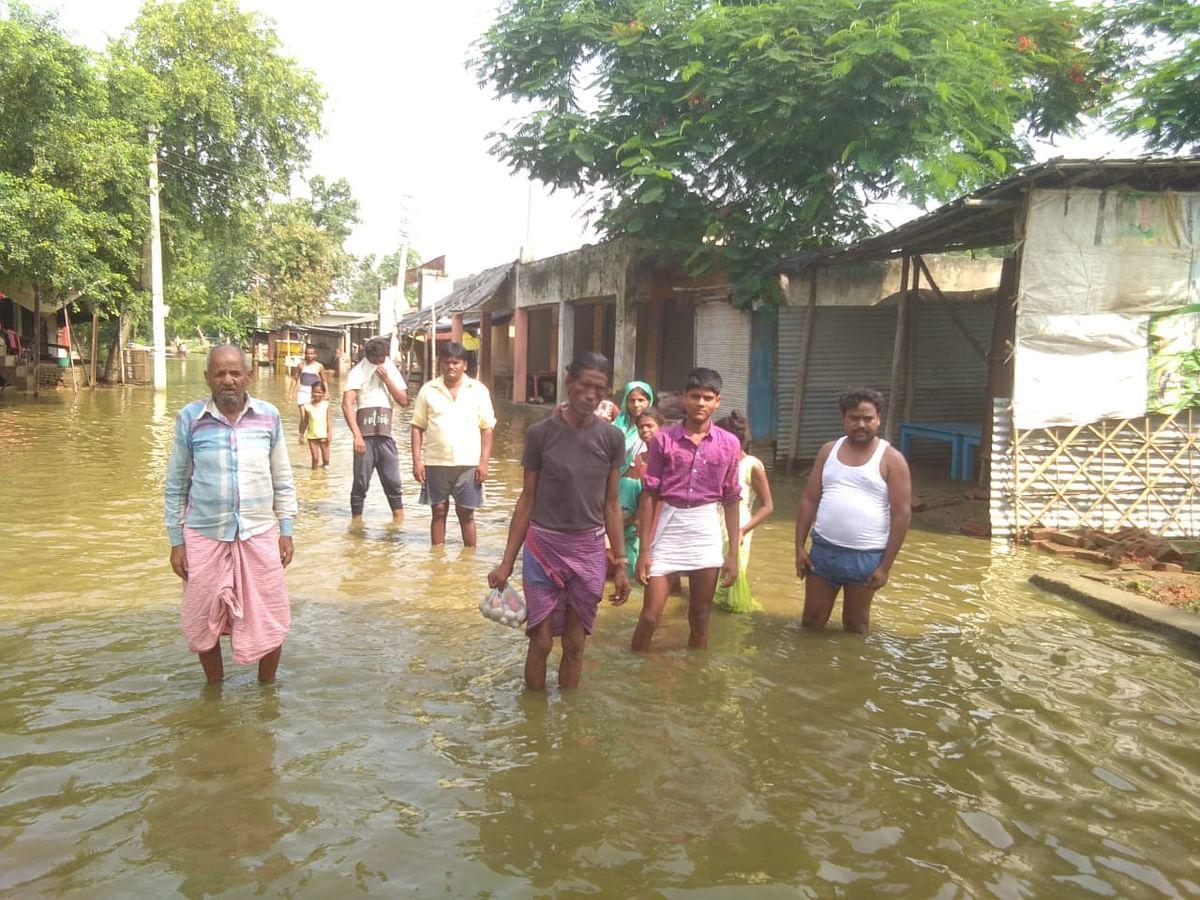 इटावा: बरसात में बेघर हुए ग्रामीण, तीन दिनों से खाना पानी को मोहताज