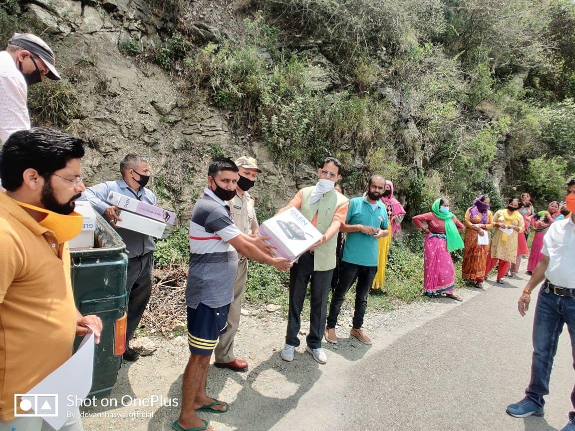 विधायक नेगी ने ग्रामीणों को बांटे इंडक्शन चूल्हे