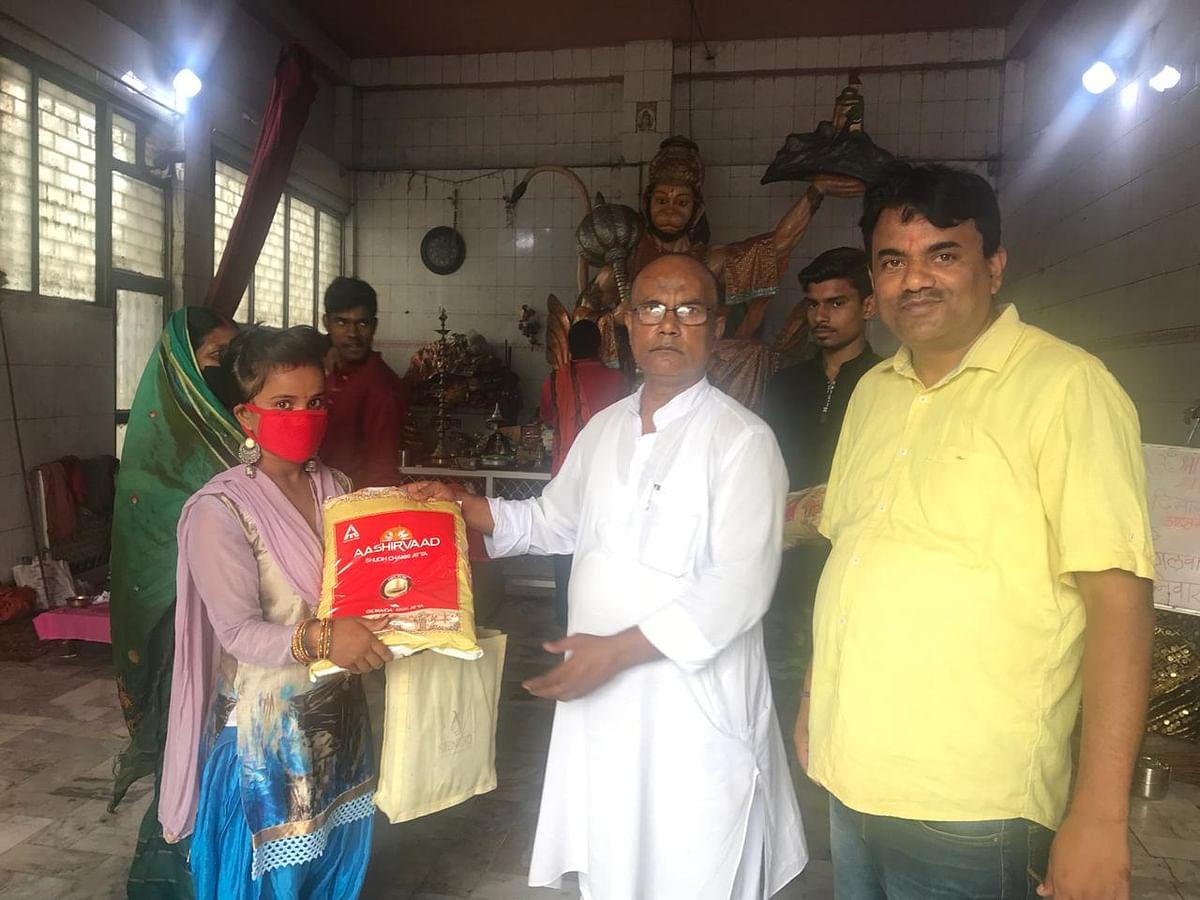 राजद नेता ने किया लालू आहार और लालू वस्त्र का वितरण