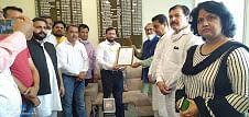 पूर्व उपमुख्यमंत्री और पूर्व वन मंत्री ने जिला के कोरोना योद्धओं का प्रमाण पत्र देकर सम्मानित किया