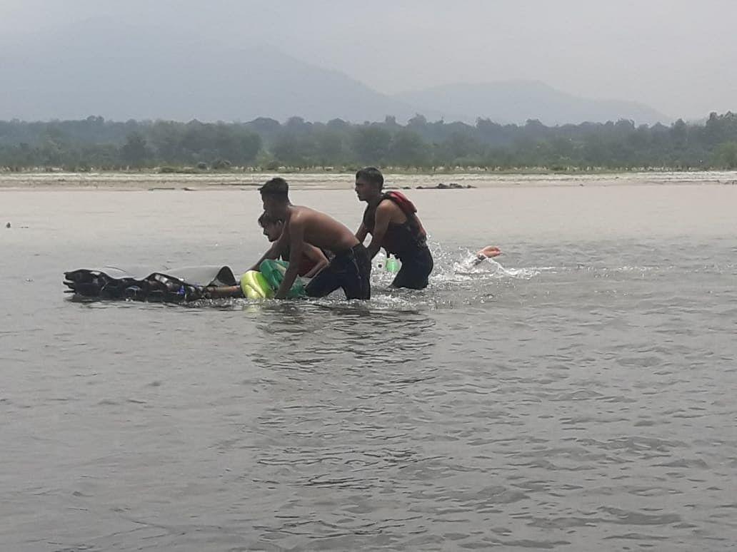 एसडीआरएफ ने युवाओं को दिया बाढ़ में बचाव का प्रशिक्षण