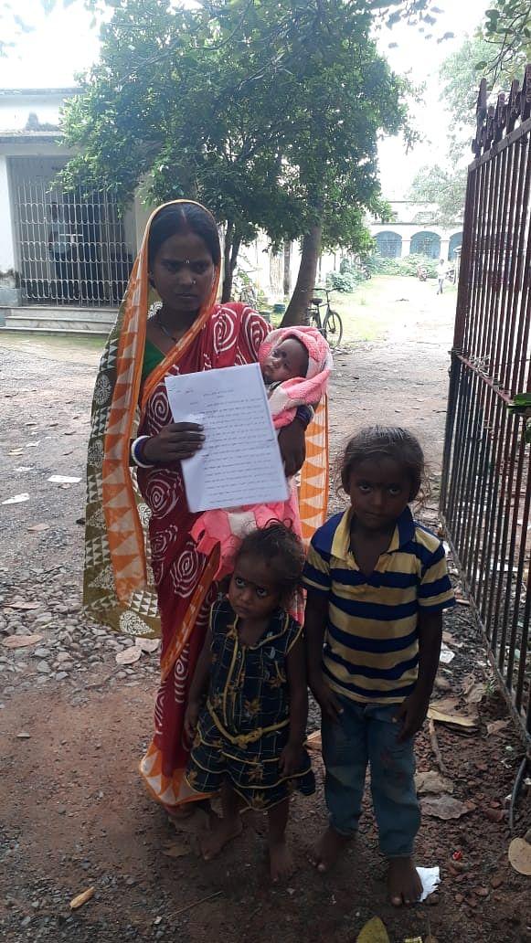 पति  की  बेवफाई से दर-दर भटकने को विवश तीन बच्चों की मां ,  एसपी से लगायी न्याय की गुहार