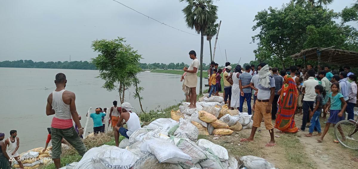 बेगूसराय में उफनाई गंगा, बूढ़ी गंडक और बलान के भय से रतजगा कर रहे हैं ग्रामीण