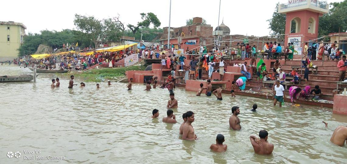 गुरु पूर्णिमा पर उमड़ी गंगा घाटों और मंदिरों में श्रद्धालुओं की भीड़, प्रशासन बेबस