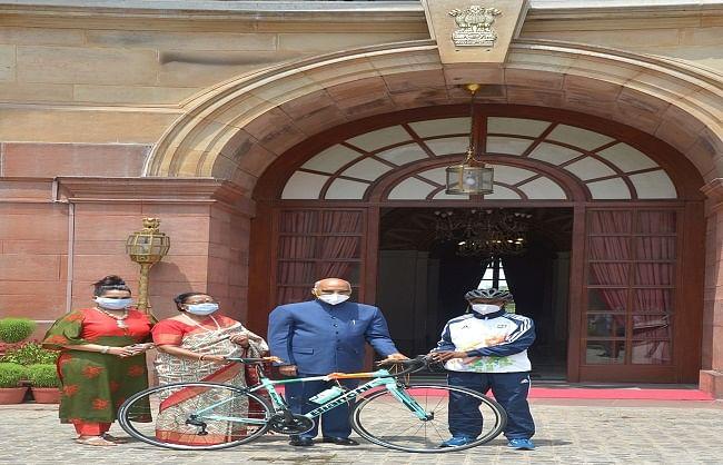 राष्ट्रपति ने होटल में बर्तन धोने वाले छात्र को भेंट की रेसिंग साइकिल
