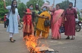 करणी सेना की महिलाओ ने जलाई चायनीज सामानों की होली