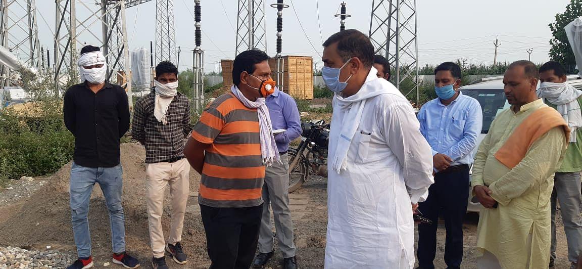 कांहड बिजलीघर पर चल रहे निर्माण कार्य में फर्जीवाड़े की शिकायत, विधायक ने ठेकेदारों को हड़काया