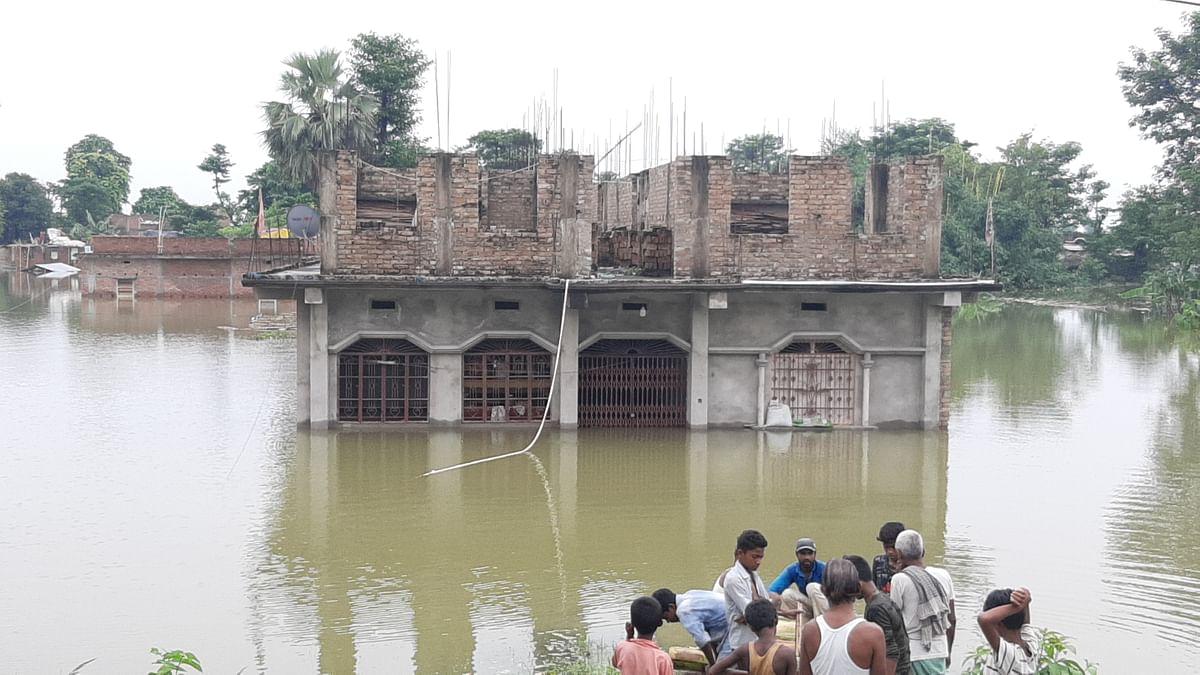 शहरी इलाकों में बाढ़ में फंसा सैकड़ों परिवार, सरकारी व्यवस्था नदारद