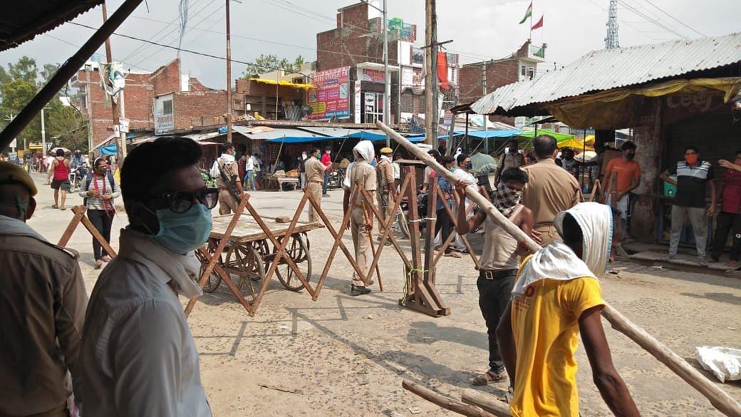 कन्टेनमेंट जोन को लेकर व्यापारी-पुलिस से भिड़े, पुलिस ने लाठियां पटक खदेड़ा